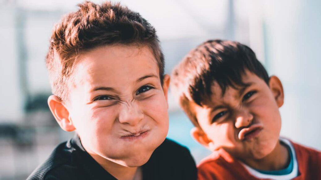 hermanos mayores y hermanos pequeños, hijos como tratarlos, problemas entre hermanos, la edad en los hijos importa, celos entre hermanos, como tratar a los hijos